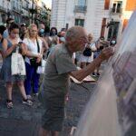 عشاق الفن يتوافدون لرؤية الإسباني أنطونيو لوبيز وهو يرسم في ساحة بمدريد