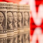 الدولار يبلغ قمة 9 أشهر ونصف وسط مخاوف من السلالة دلتا