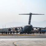 شهود: طالبان تفرض بعض النظام حول مطار كابول
