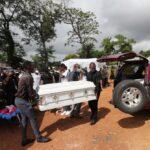 «الجميع يبكون».. سكان هايتي يدفنون موتاهم بعد أسبوع من الزلزال