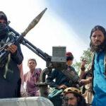 مقاتلو طالبان يطلقون النار في الهواء للسيطرة على الحشود بمطار كابول