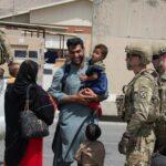 الجيش الأمريكي يروج مشاهد الاهتمام بالأطفال في مطار كابول