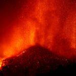 فرار الآلاف مع تدمير حمم بركانية لمنازل في جزيرة إسبانية