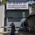 أفغانيات ينظمن احتجاجا أمام مبنى وزارة المرأة المغلق في كابول