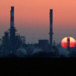 مخزونات النفط الأمريكية تهبط لأدنى مستوى في حوالي ثلاث سنوات