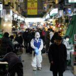 كوريا الجنوبية تبحث كيفية التعايش مع «كوفيد-19»